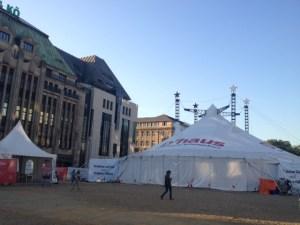 Das Schauspielhaus Düsseldorf im Zelt Foto: Eva Schmidt