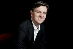 """Tomás Netopil, Chefdirigent der Essener Philharmoniker, überzeugt mit Wagners """"Lohengrin"""". Foto: Hamza Saad"""