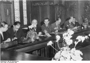 Historischer Moment am 18. November 1948 in Göttingen: Gründung des (west)deutschen PEN. u.a. mit (von links) Hans Henny Jahnn, Friedrich Wolf, Hermann Kasack, Günther Birkenfeld, Axel Eggebrecht, Dolf Sternberger und Erich Kästner. (Quelle: Wikipedia/Bundesarchiv, Bild 183-1984-0424-504, unverändert übernommen) - Link zur Lizenz: https://creativecommons.org/licenses/by-sa/3.0/de/