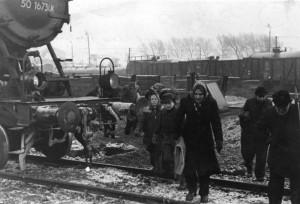 """""""Klüttenklau"""" in der Nachkriegszeit in der Britischen Zone. Foto: Bundesarchiv, Bild 183-R70463 / CC-BY-SA 3.0"""
