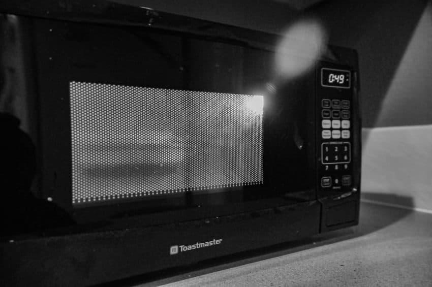 Imagem mostra um micro-ondas da marca Toastmaster.