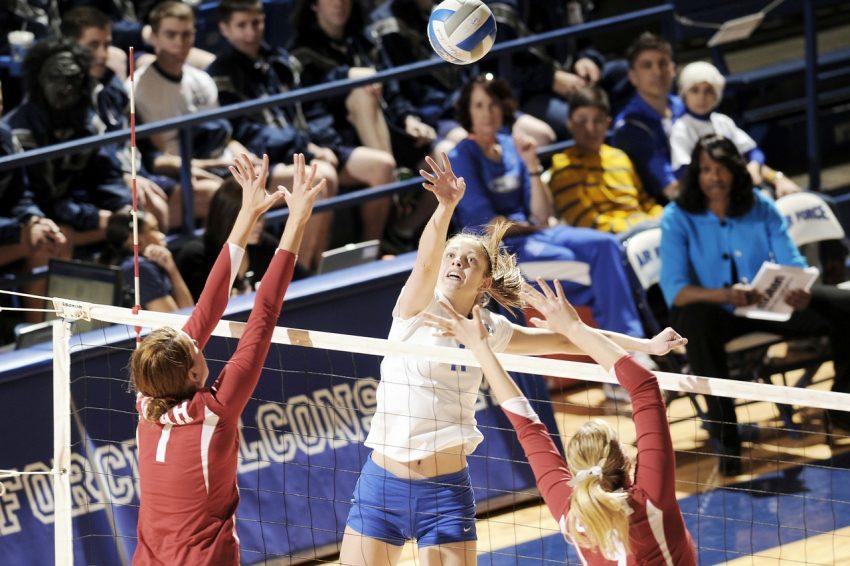 Imagem mostra partida de vôlei feminina.