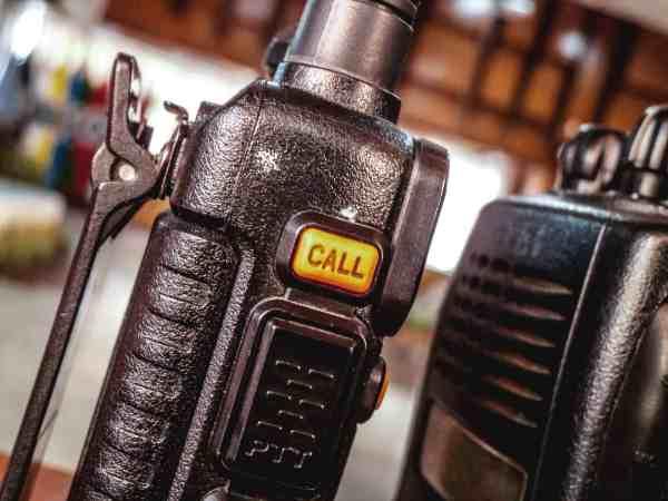 Imagem em close de rádios comunicadores.