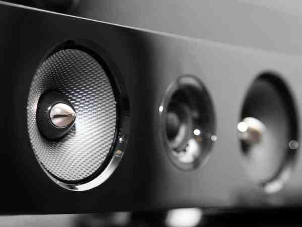 Imagem mostra alto-falantes de soundbar em close.