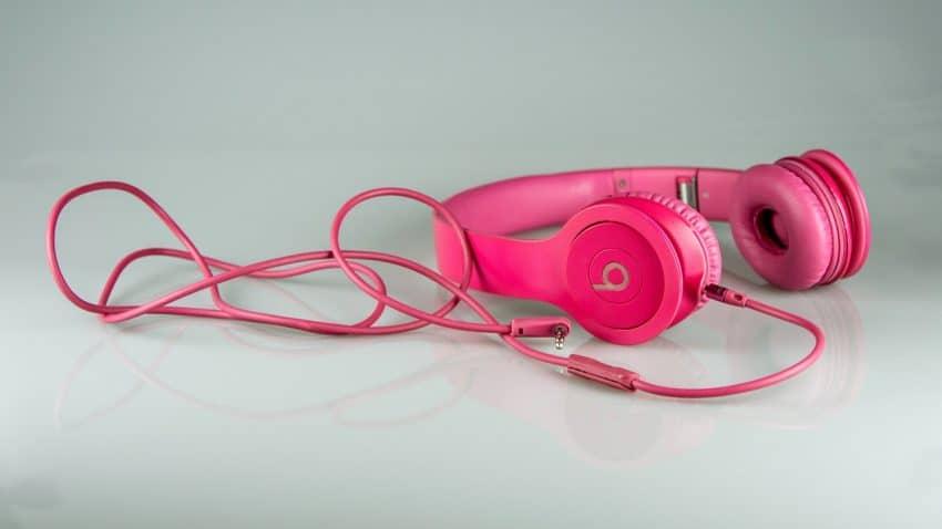 Fone de ouvido supra-auricular rosa com fio.