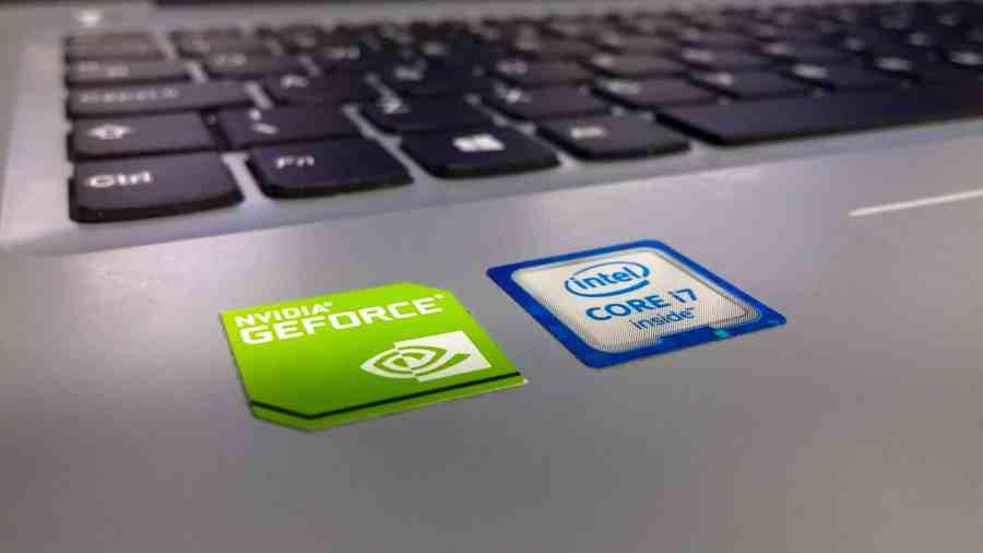 Imagem de dois adesivos colados próximos ao teclado do notebook, um se refere ao tipo de processador e o outro à placa de vídeo da máquina