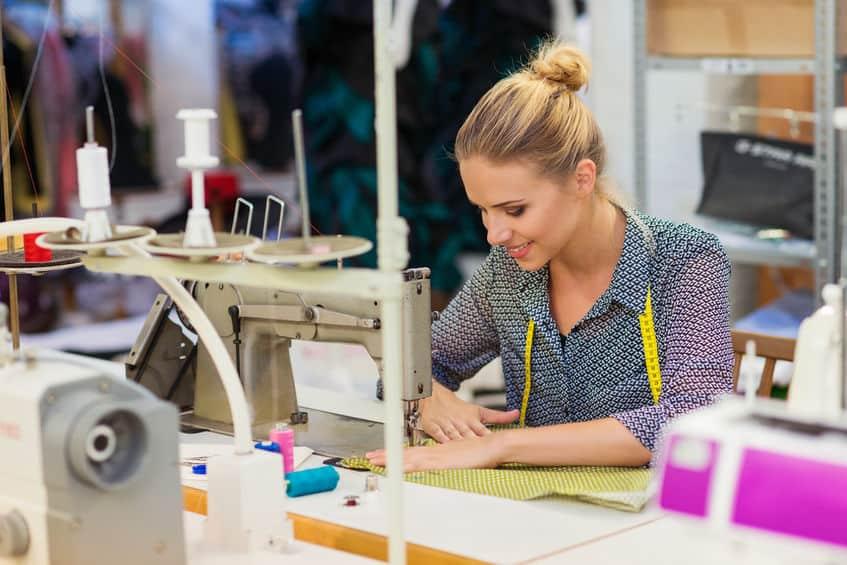 Imagem de mulher costurando.
