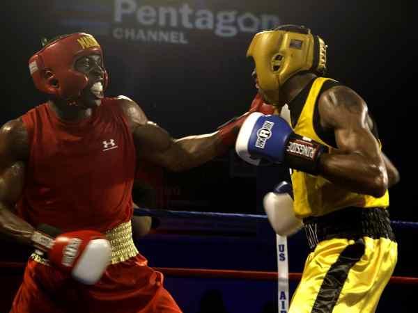 Imagem de boxeadores lutando e fazendo uso de protetor bucal transparente.