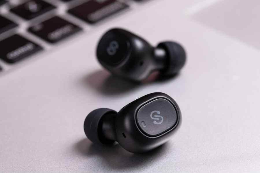 Fone de ouvido sem fio intra-auricular.