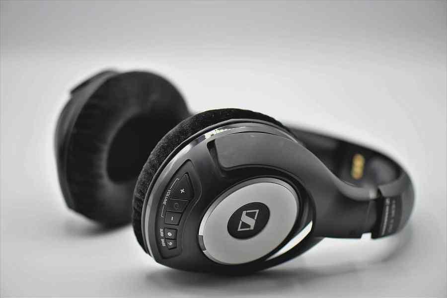 Fone de ouvido Bluetooth com botões de controle.