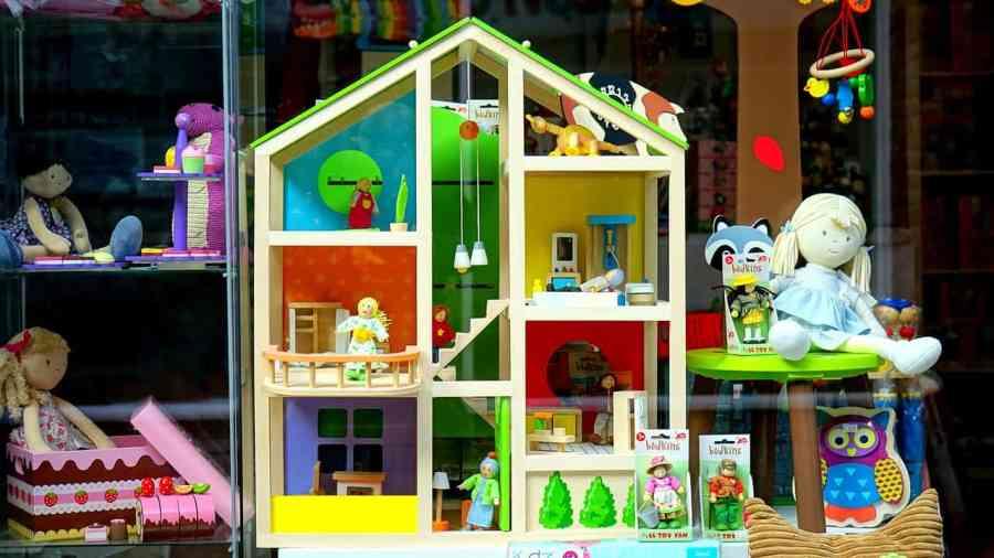 Na foto a vitrine de uma loja de brinquedos.
