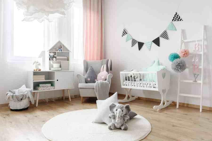 Foto de quarto de bebê decorado de forma minimalista e simples.