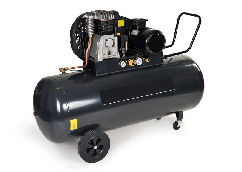 Compressor de ar preto móvel com fundo branco.