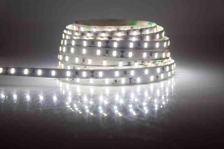 Rolo de fita de LED branca acesa.