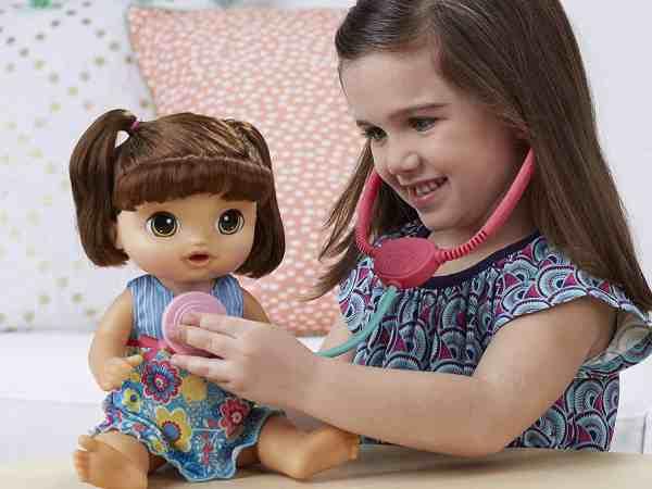 Menina brincando com uma boneca Baby Alive.