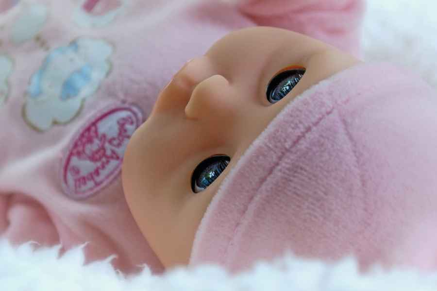 Detalhe de rosto de uma boneca bebê.