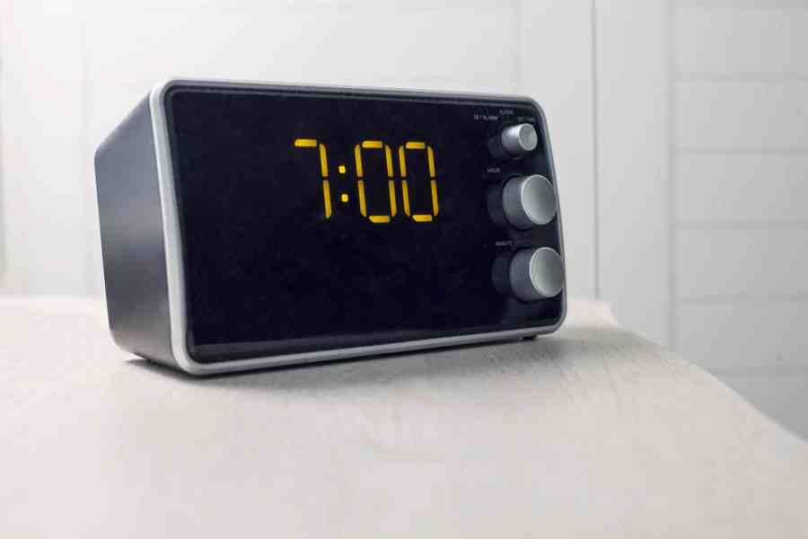 Um despertador digital com bluetooth.