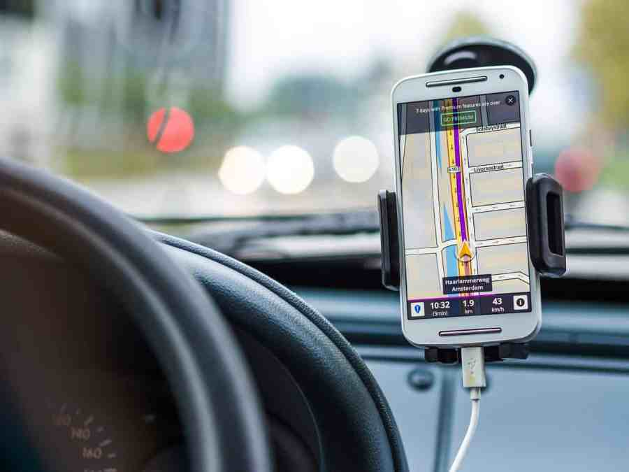 Imagem de um smartphone sendo usado como GPS.