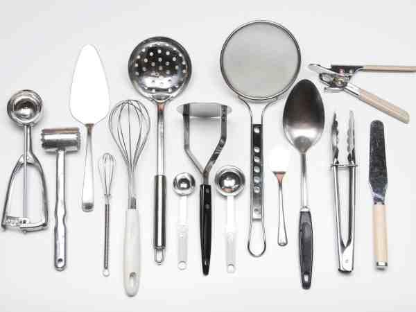 Imagem de escumadeiras e outros utensílios de cozinha.