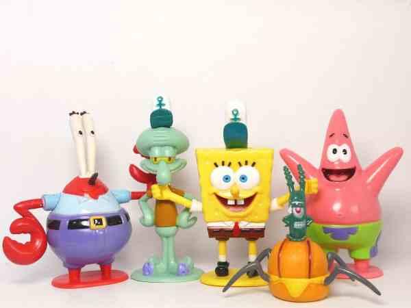 Na foto bonecos do Senhor Sirigueijo, Lula Molusco, Bob Esponja, Patrick e Plankton feitos de plástico.