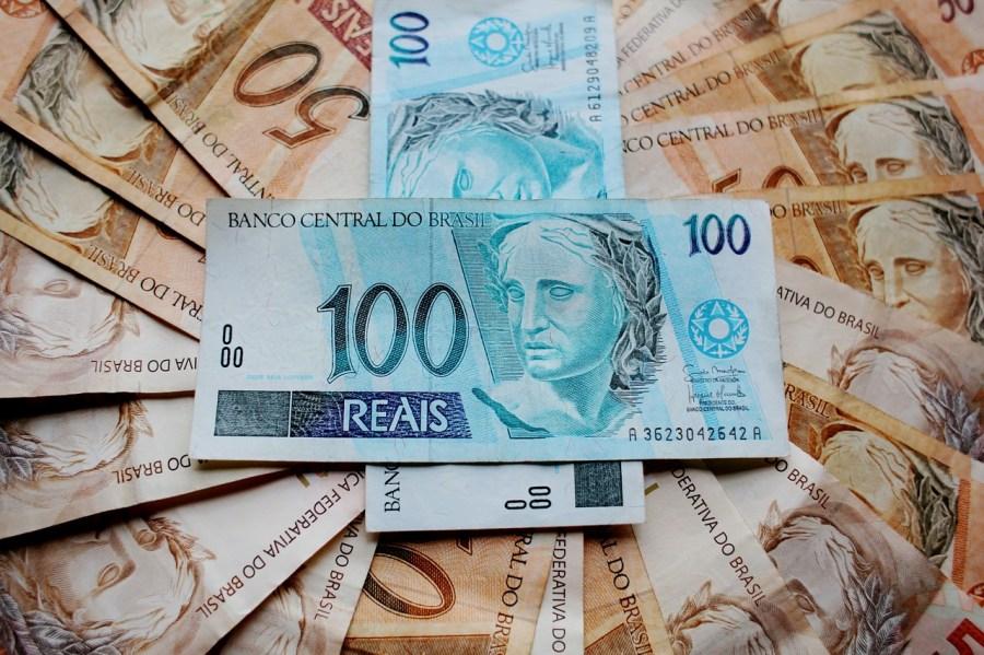 Várias notas de R$ 50 e de R$ 100.