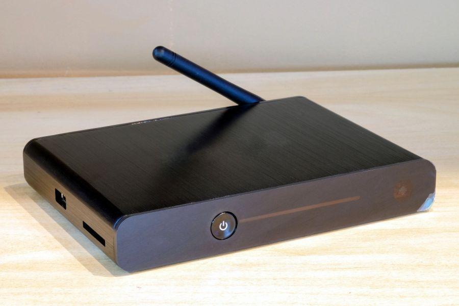 Imagem de um conversor digital preto.