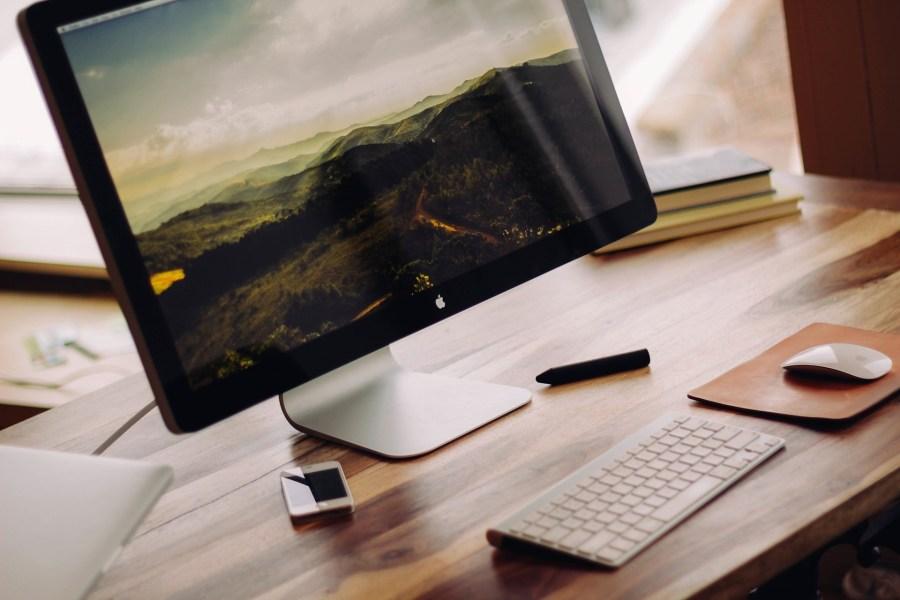 Monitor e teclado.