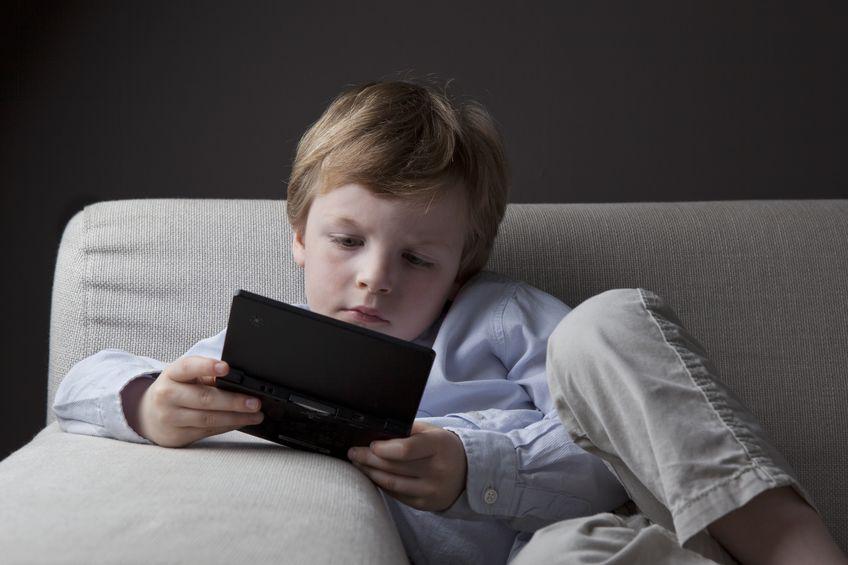 Niño jugando con Nintendo 3DS negro