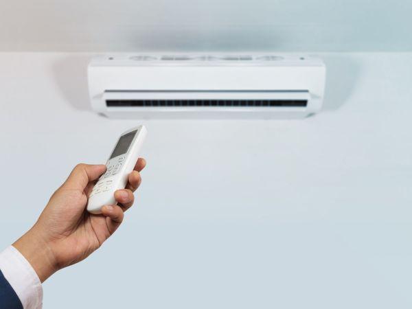 pessoa que controla o ar condicionado