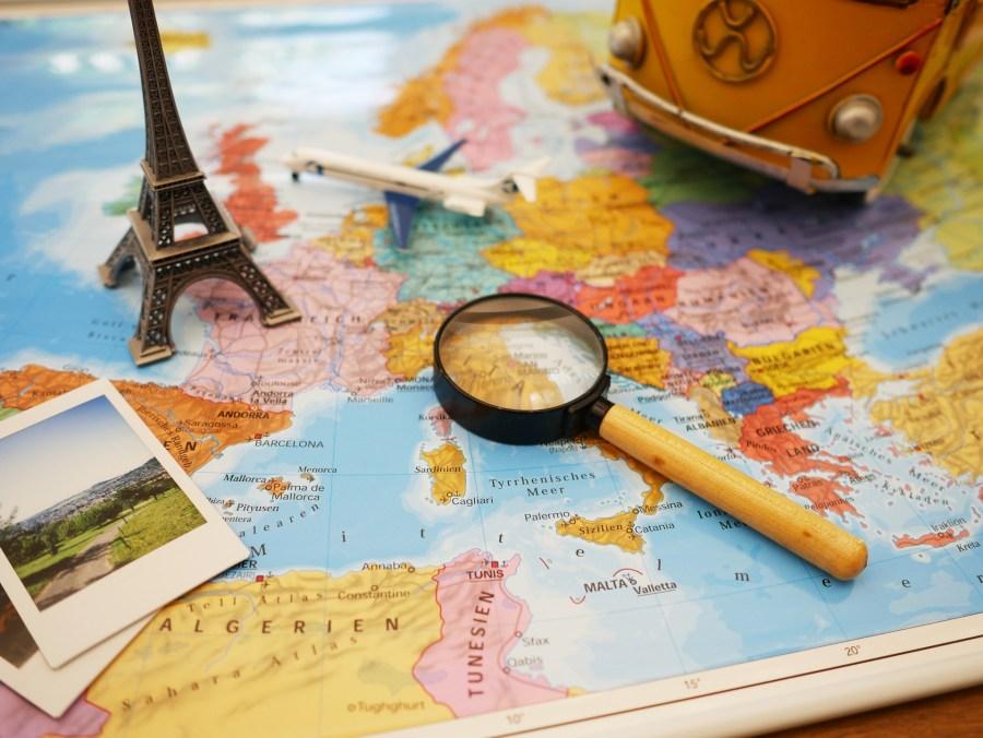 Mapa mundi, lupa, fotos, réplica da Torre Eiffel.
