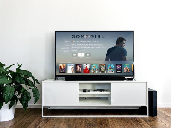 TV com imagem de uma série.