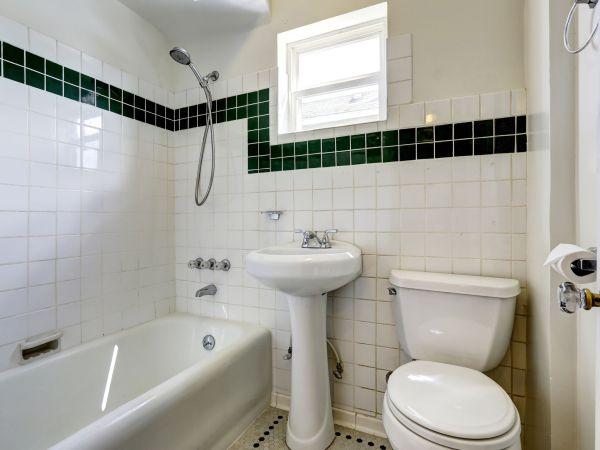Imagem de banheiro com pequena janela basculante