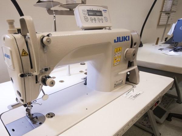 Imagem de uma máquina de costura industrial.