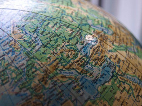 Mapa, fotos e câmera fotográfica.