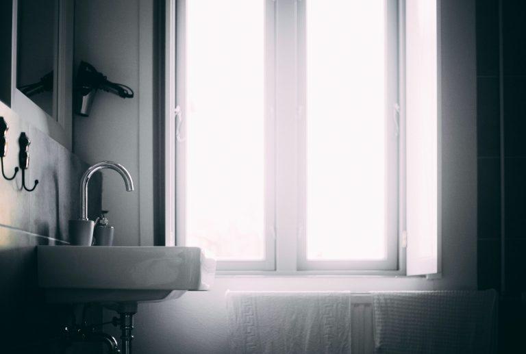 Imagem de suporte para secador de cabelo fixado na parede do banheiro