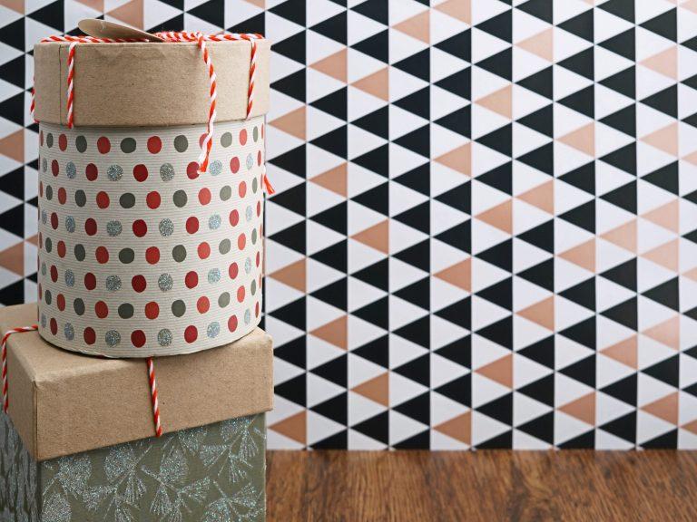 Na foto duas caixas de presente empilhadas.