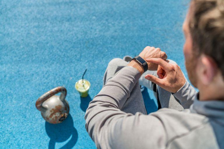 Uomo che controlla il braccialetto conta calorie
