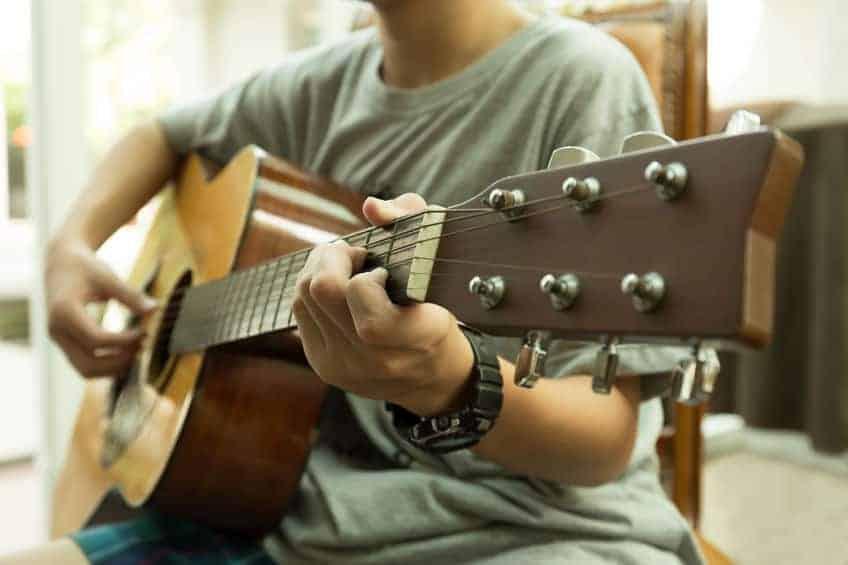 Chitarra acustica in primo piano