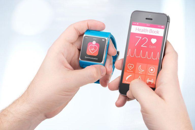 Smartwacht e smartphone accanto