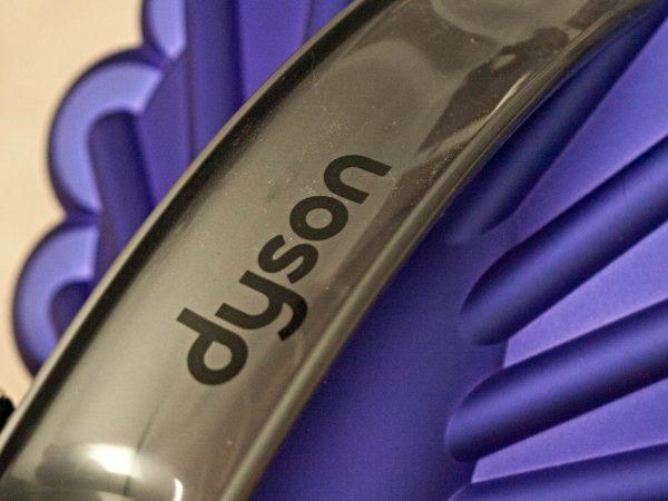 Primo piano su aspirapolvere Dyson