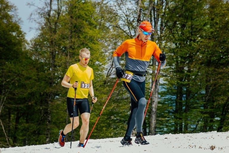 Due persone che fanno trekking