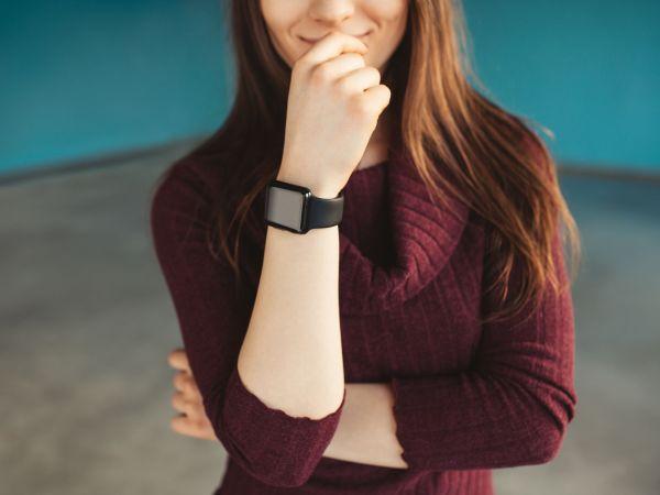 Donna con smartwatch al polso