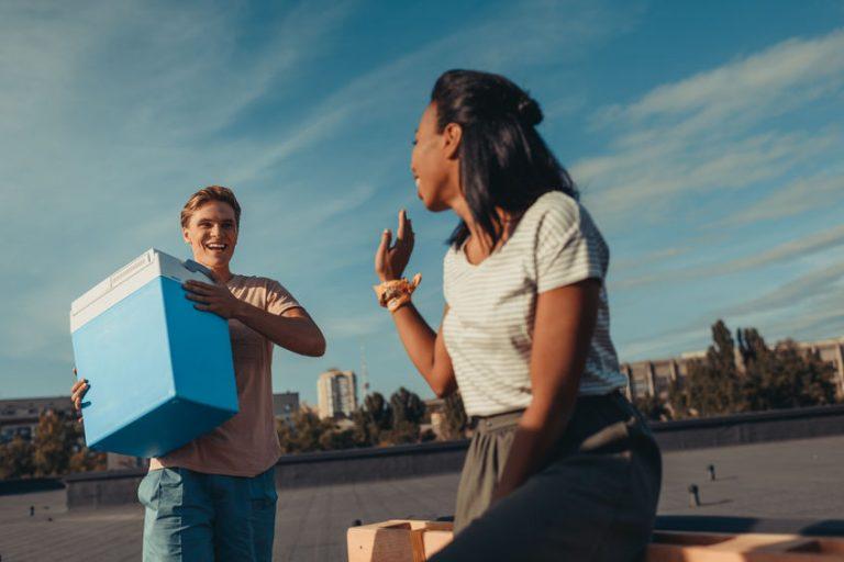 Coppia con un frigorifero portatile