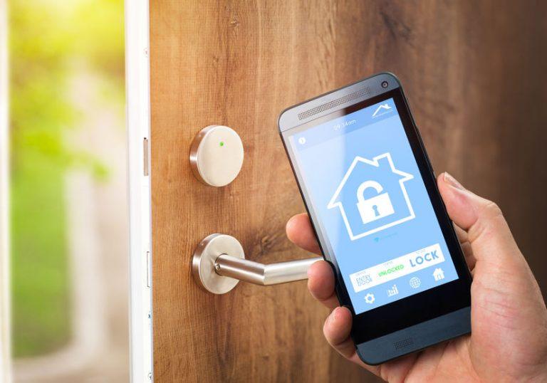 Smartphone che controlla la serratura elettrica