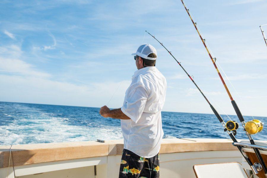 Uomo che pesca dalla barca