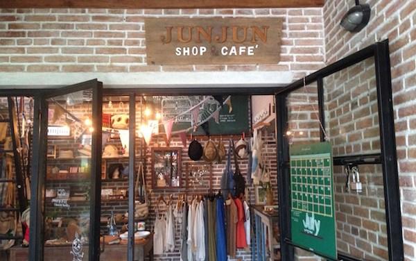 jun jun shop ร้านกาแฟสำหรับบรรดาผู้ปกครอง เส้นสันกำแพงสายเก่า