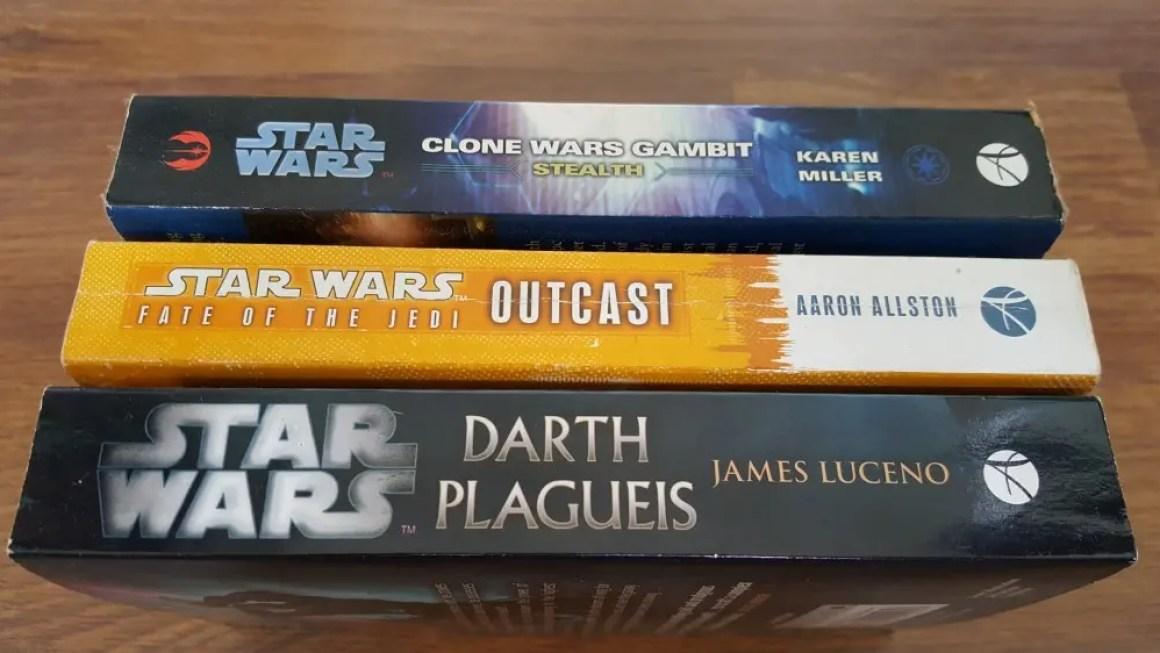 """Три """"Звездные войны"""" романы на деревянном столе"""