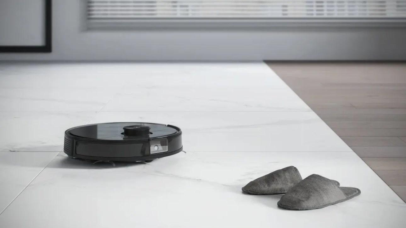 Робот-пылесос Ecovacs избегает туфель.