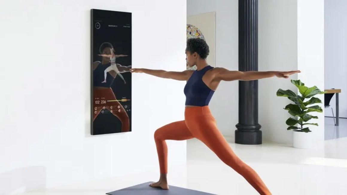 модель позирует при использовании цифрового фитнес-тренера Mirror