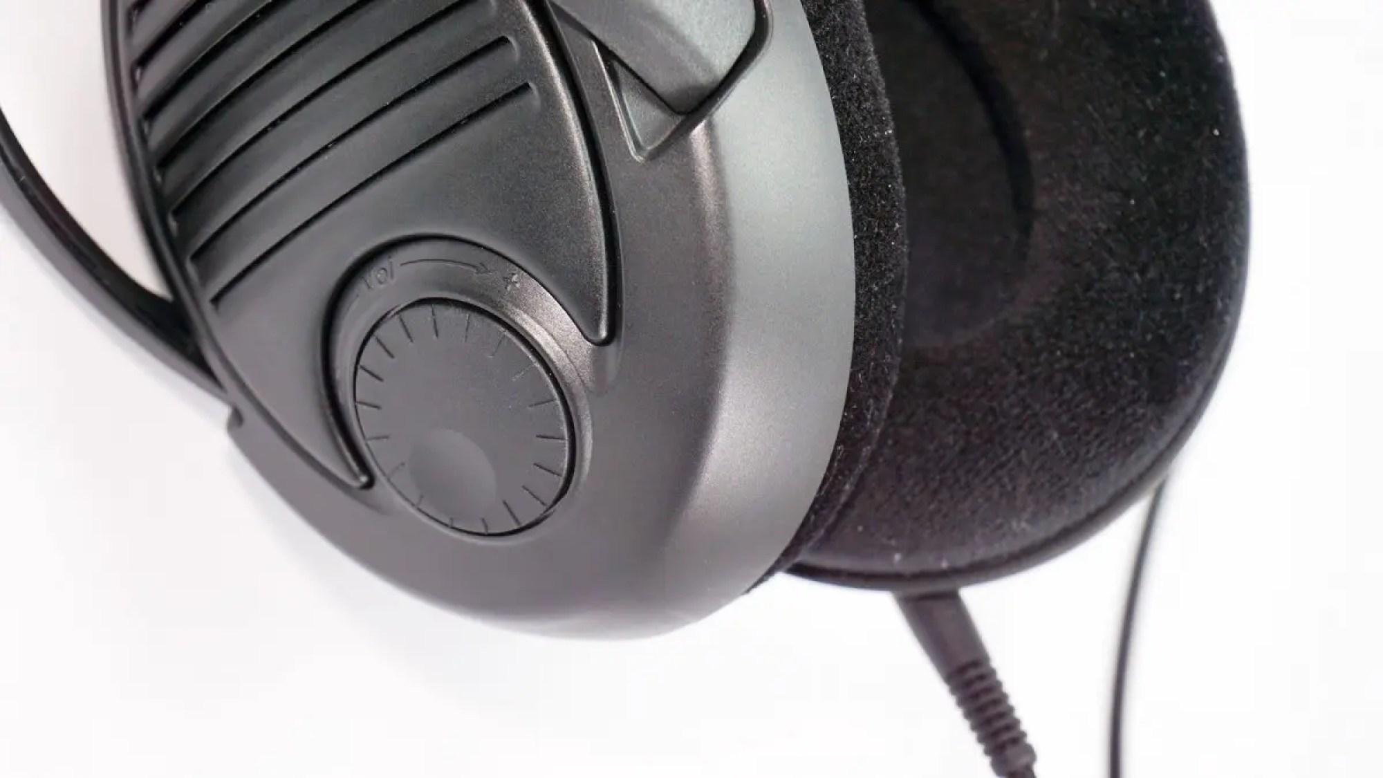 Регулятор громкости на правой чашке PC37X.
